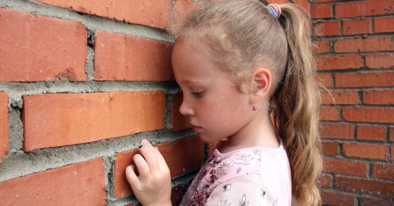 9 signos de negligencia emocional en la infancia y 3 formas de curar